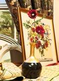 Het beeld van het gobelin met rode bloemen dichtbij het Royalty-vrije Stock Afbeeldingen