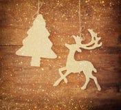 Het beeld van het houten decoratieve van het Kerstmisboom en rendier hangen op een kabel over houten achtergrond met schittert be Royalty-vrije Stock Foto