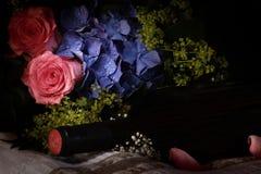 Het beeld van het stilleven met bloemen en wijn. Stock Afbeelding