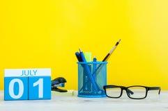 1 het Beeld van juli van 1 juli, kalender op gele achtergrond met bureaulevering Jonge volwassenen Stock Afbeeldingen