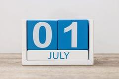 1 het Beeld van juli van 1 juli, kalender op witte achtergrond Boom op gebied Lege ruimte voor tekst De idylle van de zomer Stock Foto's