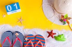 1 het Beeld van juni van 1 juni kalender op gele zandige achtergrond met de zomerstrand, reizigersuitrusting en toebehoren eerst Stock Afbeeldingen