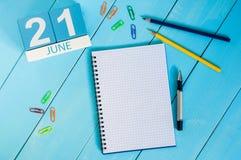 21 het Beeld van juni van 21 juni houten kleurenkalender op blauwe achtergrond Boom op gebied Stock Afbeelding