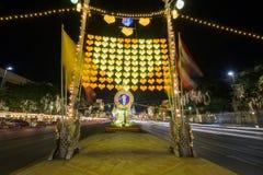 Het beeld van koningsBhumibol en Lichte decoratie stock afbeelding
