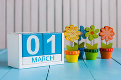 1 het Beeld van maart van maart 1 houten kleurenkalender met bloem op witte achtergrond Eerste de lentedag, lege ruimte voor Stock Foto's