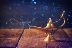 Het beeld van magische aladdinlamp met schittert rook Lamp van wensen Stock Foto's