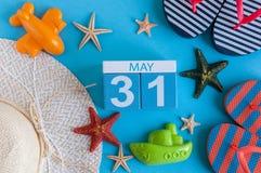 31 het Beeld van mei van kan kalender 31 op blauwe achtergrond met de zomerstrand, reizigersuitrusting en toebehoren Vorige lente Stock Foto's