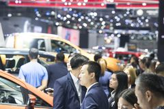 het beeld van mensen in auto'stentoonstelling toont Royalty-vrije Stock Afbeelding