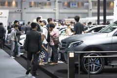 Het beeld van mensen in auto'stentoonstelling toont bij Motorshow Royalty-vrije Stock Foto's