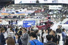 Het beeld van mensen in auto'stentoonstelling toont bij Motorshow Stock Foto's