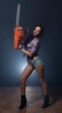 Het beeld van sexy model bevordert moderne kettingzaag Stock Fotografie