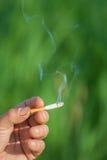 Het beeld van sigaret is in de hand Stock Foto's