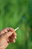 Het beeld van sigaret is in de hand Royalty-vrije Stock Afbeelding