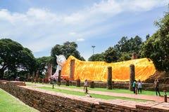 Het beeld van slaapboedha met gele robe in openlucht historisch park Royalty-vrije Stock Foto's