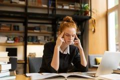 Het beeld van tijd concentreerde vrouw het bestuderen, terwijl het zitten bij des royalty-vrije stock foto's