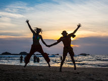 Het beeld van twee mensen in liefde bij zonsondergang Royalty-vrije Stock Fotografie