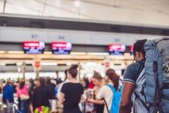 Het beeld vertroebelde voor achtergrondsamenvatting en kan illustratie zijn aan artikel van mensen in luchthaven stock foto's