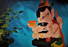 Het beeldholding van de Lord ganesh het Hindoese godsdienstige god shivling royalty-vrije stock afbeeldingen