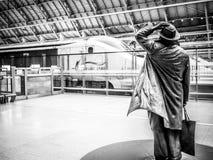 Het beeldhouwwerk die van Martin Jennings van Sir John Betjemann Eurostar, St Pancras Post, Londen, het UK begroeten Royalty-vrije Stock Fotografie