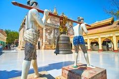 Het beeldhouwwerk met de klok in Manuha-tempel in Bagan Royalty-vrije Stock Afbeeldingen