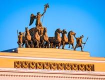 Het beeldhouwwerk op de boog van het Belangrijkste hoofdkwartier, heilige-Peters Stock Foto's