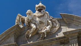 Het beeldhouwwerk op de bovenkant van Puerta DE Alcala timelapse hyperlapse is een Neoklassiek monument in Pleinde La stock videobeelden