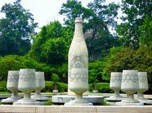 Het beeldhouwwerk van bierflessen bij het biermuseum van Tsing-Tao Stock Foto