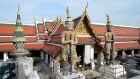 Het beeldhouwwerk van Boedha van reus in Groot Paleis en Wat Phra Kaew stock videobeelden