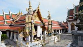Het beeldhouwwerk van Boedha van reus in Groot Paleis en Wat Phra Kaew stock video