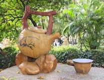 het beeldhouwwerk van Chinese uitstekende theepot en de thee vormen in park, grote uitstekende theeketel en kop, klassieke Chines Stock Fotografie