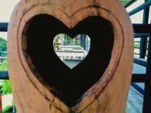Het beeldhouwwerk van de aardewerkklei met een hart in het midden royalty-vrije stock afbeelding