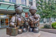 Het beeldhouwwerk van de brons Immigrantenfamilie door Tom Otterness op Yonge-Straat Royalty-vrije Stock Afbeeldingen