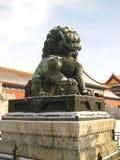 Het beeldhouwwerk van de bronsleeuw Stock Afbeelding