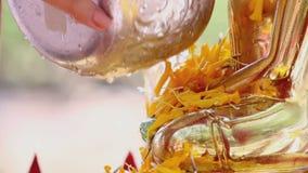 Het beeldhouwwerk van de douchemonnik in Songkran-festival stock videobeelden