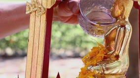 Het beeldhouwwerk van de douchemonnik in Songkran-festival stock footage