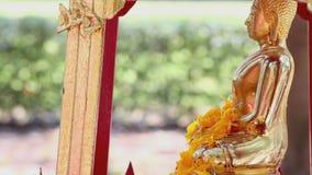 Het beeldhouwwerk van de douchemonnik in Songkran-festival stock video