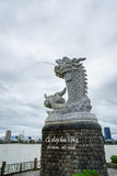 Het beeldhouwwerk van de draak op de achtergrond van de Han-rivier in Da Nang, Vietnam Stock Foto