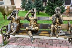 Het beeldhouwwerk van de drie apen ziet niets, hoort niets, zegt niets irkoetsk Rusland Royalty-vrije Stock Foto's