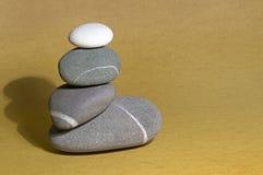 Het Beeldhouwwerk van de kiezelsteen op zand Royalty-vrije Stock Afbeeldingen