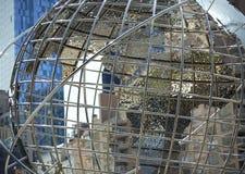 Het beeldhouwwerk van de kunstbol met een blauw glasgebouw op de achtergrond Royalty-vrije Stock Afbeelding