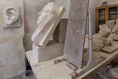 Het beeldhouwwerk van de kunstenaarsstudio op een het werklijst Royalty-vrije Stock Foto's