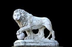 Het beeldhouwwerk van de leeuw - dat op achtergrond wordt geïsoleerdy Stock Foto's