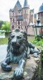 Het beeldhouwwerk van de leeuw naast het Satzvey-kasteel Stock Afbeeldingen