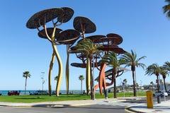Het beeldhouwwerk van de pijnboomboom op de strandboulevardpromenade in La Pineda, Spanje Stock Foto's
