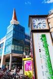 Het beeldhouwwerk van de roomijskegel op een Primark-gebouw in Neumarkt in Keulen, Duitsland Stock Afbeeldingen