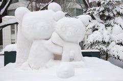 Het beeldhouwwerk van de sneeuw van een paar beren bij het Festival 2013 van de Sneeuw Sapporo Stock Fotografie