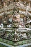 Het beeldhouwwerk van de steen met overzees en vuurtoren stock foto