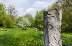Het beeldhouwwerk van de steen met overzees en vuurtoren Stock Foto's