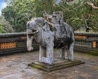 Het beeldhouwwerk van de steenolifant in forecort die het Stele-Paviljoen in Turkije Duc Royal Tomb, Tint, Vietnam voorafgaan stock foto