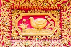Het beeldhouwwerk van de vogelmuur in Thaise tempel Stock Foto